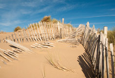Drie rijen van gebroken omheining op horizontale breed van zandduinen Stock Foto's