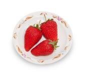 Drie rode aardbeien op witte geïsoleerde schotel Royalty-vrije Stock Foto's