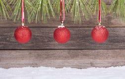 Drie rode ballen van Kerstmis Stock Fotografie