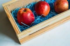 Drie rode die appelen per post worden geleverd Stock Afbeeldingen