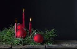 Drie Rode Kaarsen Drie Kerstmisornamenten Royalty-vrije Stock Foto