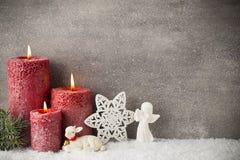Drie rode kaarsen op grijze achtergrond, Kerstmisdecoratie Adve Stock Afbeelding