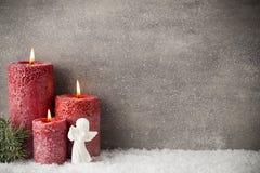 Drie rode kaarsen op grijze achtergrond, Kerstmisdecoratie Adve Stock Afbeeldingen