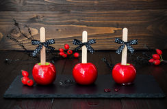 Drie rode karamelappelen Traditioneel dessertrecept voor Halloween-partij Stock Afbeeldingen