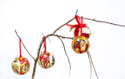 Drie Rode Kerstmisdecoratie op een Droge Tak Royalty-vrije Stock Fotografie