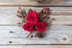 Drie rode rozen in een cluster op rustieke houten achtergrond Royalty-vrije Stock Foto