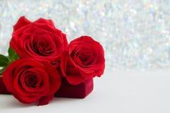 Drie Rode Rozen en juwelen huidige doos met bokeachtergrond exemplaarruimte - Valentijnskaarten en 8 Maart-Moeder het concept van royalty-vrije stock foto