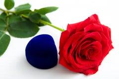 Drie Rode Rozen en juwelen huidige doos met bokeachtergrond exemplaarruimte - Valentijnskaarten en 8 Maart-Moeder het concept van stock foto's