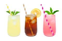 Drie rond gemaakte die glazen de zomerdranken op wit worden geïsoleerd Stock Afbeelding
