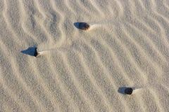 Drie rotsen in woestijnzand Royalty-vrije Stock Afbeeldingen