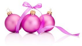 Drie roze die Kerstmisbal met lintboog op wit wordt geïsoleerd Royalty-vrije Stock Afbeeldingen