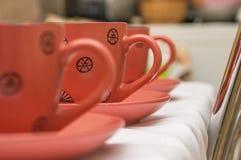 Drie roze koppen met zwart abstract patroon voor thee of koffie st Stock Afbeeldingen