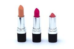Drie roze lippenstiften in zwart die geval op wit wordt geïsoleerd Royalty-vrije Stock Foto