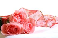 Drie roze rozen en lint Royalty-vrije Stock Foto's