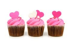Drie roze Valentijnskaartendag cupcakes stock fotografie
