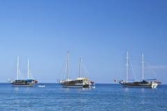 Drie sailboaats in zonnig weer Stock Afbeelding