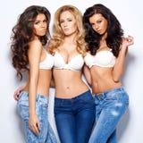Drie schitterende sexy jonge vrouwen Stock Afbeeldingen