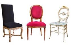 Drie schitterende uitstekende die stoelen op witte achtergrond worden geïsoleerd Stoelen met zwarte, rode en witte stoffering stock foto