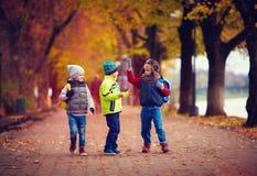 Drie schooljongens die op de straat lopen Royalty-vrije Stock Fotografie