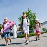 Drie schoolkinderen die pret hebben Royalty-vrije Stock Afbeelding