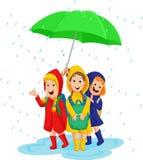 Drie schoolmeisje met regenjas onder een grote paraplu op een regenachtige dag vector illustratie