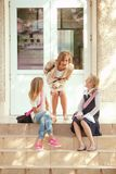 Drie schoolmeisjes Royalty-vrije Stock Afbeeldingen