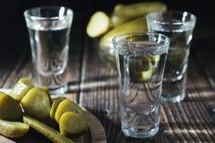 Drie schoten met wodka en ingelegde komkommers royalty-vrije stock foto