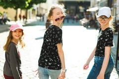 Drie siblings samen op de stad loopt en roeping die heeft royalty-vrije stock afbeeldingen