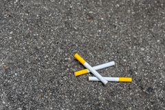 Drie sigaretten die op de bestrating liggen royalty-vrije stock fotografie