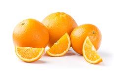 Drie Sinaasappelen en Plakken op Witte Achtergrond Royalty-vrije Stock Afbeeldingen