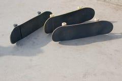 Drie skateboards leggen op concrete oppervlakte dichte omhooggaand, copyspace royalty-vrije stock foto's