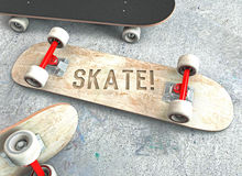 Drie skateboards met van letters voorzien die op de concrete vloer liggen Stock Fotografie