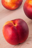 Drie smakelijke verse rijpe sappige nectarines Stock Fotografie