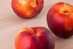 Drie smakelijke verse rijpe sappige nectarines Stock Foto