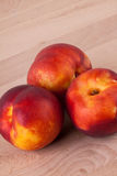 Drie smakelijke verse rijpe sappige nectarines Royalty-vrije Stock Afbeeldingen
