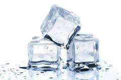 Drie smeltende ijsblokjes