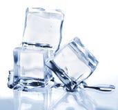 Drie smeltende ijsblokjes Stock Afbeeldingen