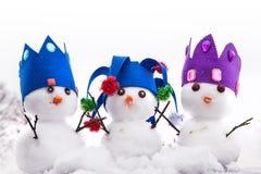 Drie sneeuwmannenkoningen kleedden zich met kronen royalty-vrije stock fotografie