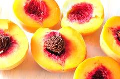 Drie snijden perziken Stock Fotografie