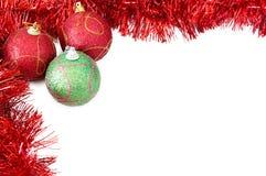 Drie snuisterijen van Kerstmis met rood klatergoud royalty-vrije stock afbeeldingen