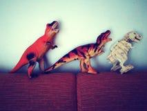 Drie speelgoed op de bank Royalty-vrije Stock Fotografie