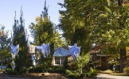Drie spoken die een Amerikaans huis verfraaien in de voorsteden voor Halloween Stock Afbeelding
