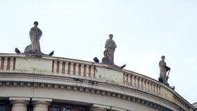 Drie Standbeelden op de Bovenkant van het Gebouw stock video