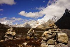 Drie steentorens en snowcapped piek Royalty-vrije Stock Foto