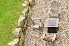 Drie stoelen en een brandkuil stock foto