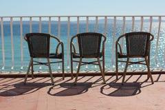 Drie stoelen in terace boven kleurrijke Adriatische overzees royalty-vrije stock foto's