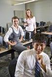 Drie studenten in computerlaboratorium Royalty-vrije Stock Foto
