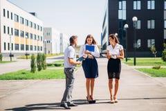 Drie studenten die op campus lopen Stock Foto