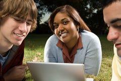 Drie studenten die in openlucht bestuderen Stock Afbeeldingen