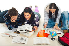Drie studenten die samen huis bestuderen Stock Fotografie